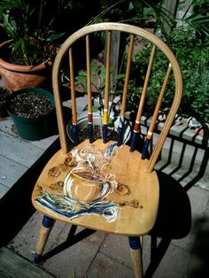 Upcycled Wood Kitchen Chair: A Good Read - Stühle wirklich bunt. Furniture Fix, Decoupage Furniture, Furniture Projects, Furniture Makeover, Hand Painted Chairs, Painted Stools, Funky Painted Furniture, Wicker Dining Chairs, Old Chairs