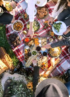 Picnic Ideas Discover How to Host A Friendsgiving How to Host A Friendsgiving - Broma Bakery Fall Picnic, Picnic Date, Summer Picnic, Autumn Picnic Recipes, Antipasto, Family Picnic Foods, Beach Picnic Foods, Picnic Photography, Broma Bakery