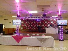 Mesa principal y pared de flor para el DJ.