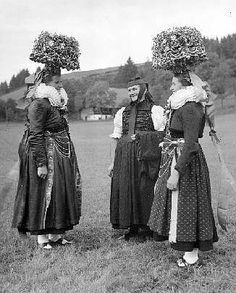 folk from Tennenbronn (germany).  These are some groovy hats here