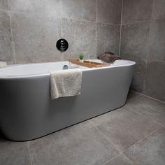 Een complete badkamer die van alle gemakken is voorzien. De grote tegels geven een enorm gevoel van ruimtelijkheid in deze luxe badkamer. Moderne en tijdloos zijn kenmerkend voor deze topper!