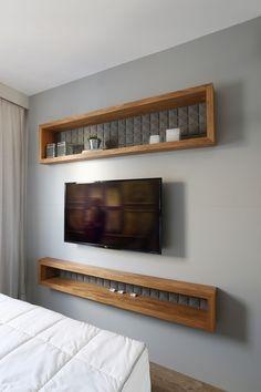 Revestimento 3D com uma pintura cinza é o grande o destaque desse quarto de casal. Ele foi todo criado e desenvolvido por nós, a cabeceira em  tecido off white com uma paginação neutra e que valorize o revestimento acima. Criamos um enxoval que harmoniza com todos os elementos de projeto.  #arquitetura#arquiteturadeinteriores#interiordesign#saopaulo#decoracao#interiores#coolreference#design#furniture#soleart#tricodecor#forrorama#revestimento3D#suitecasal Sweet Home, Villa, New Homes, Bedroom, Tv, House, Design, Home Decor, Small Apartments