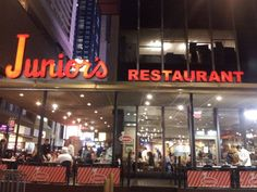 """#newYork Chez Junior's pour un after """"Cheesecake"""": l'adresse incontournable à Manhattan pour apprécier. """"The original cheesecake"""" from New York (Brooklyn). — at Junior's Restaurant & Cheesecake."""