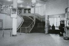 Station Rotterdam Blaak stationsgebouw I (1938) middendeel met twee verdiepingen met fronton met uurwerk en versiering. Aan weerszijden een vleugel met gelijke bekroning in de eindgevels als in het middendeel   interieur, loketten