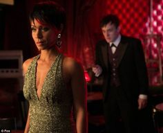 Gotham Photo Fish Mooney (Jada Pinkett Smith) Plunging Gold Sequin Dress & Oswald Cobblepot (Robin Lord Taylor) in Background kn Jada Pinkett Smith, Gotham News, Gotham Tv, Gotham Episodes, Gotham Series, Tv Series, Robin Taylor, Fish Mooney, Photos