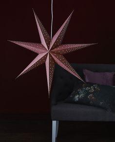 Point er en helt ren og enkel julestjerne fra Star Trading. Point kommer i vakre, moderne farger og enkelt hull-mønster i to størrelser, 60 og 80 cm. Papirstjernene vil skape hyggelig stemning i hjemmet både om du henger de i vinduet og om du lener de mot veggen på en hylle. Star Wars, Hygge, Lens, Stars, Klance, Sterne, Starwars, Lentils, Star
