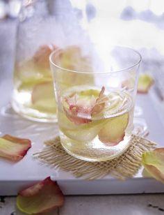 Unser beliebtes Rezept für Rosenwasser-Limonade und mehr als 55.000 weitere kostenlose Rezepte auf LECKER.de.