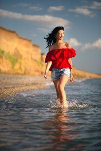 Индивидуальная фотосессия девушки возле моря