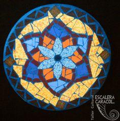 Mandala de mosaico de 25 cm diámetro, realizado por Sofía Araujo. http://tallerescaleracaracol.com/artes-del-fuego/mosaico/mandalas/