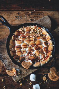 S'mores skillet met smoked BBQ salted caramel - Culy. Bbq Deserts, Cobb Bbq, Kamado Bbq, Hot Desserts, Smoke Bbq, Pub Food, Sweet Bakery, Bbq Grill, Barbecue