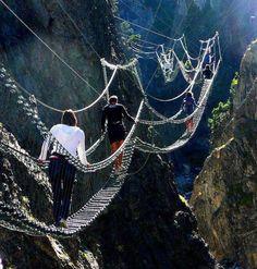 Endroits surprenants dans le monde    Le pont Tibétain à Claviere, Piémont , Italie .