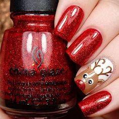 Nail art rouge pailleté avec motif élan de Noel #nail #art #noël #rouge #paillettes #doré #renne #beauté #manucure #monvanityideal