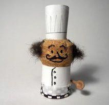 DIY Bastelidee & Upcycling: Chef Koch Funny crafting idea for children with bottle beads / champagne corks and acrylic color – a cozy chef with a chef's hat Wine Cork Wreath, Wine Cork Ornaments, Wine Cork Art, Wine Craft, Wine Cork Crafts, Wine Bottle Crafts, Champagne Cork Crafts, Champagne Corks, Diy Cork