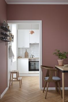 Varm atmosfære med lune farger som gir karakter til den lille leiligheten. Home Room Design, Decor Interior Design, Interior Decorating, House Design, Interior Design Living Room, Living Room Decor, Bedroom Decor, Pink Walls, Room Colors