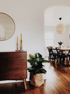 Midcentury modern home style / Darling Cashmere blosaving for the pot! Style At Home, Style Blog, My Living Room, Living Room Decor, Dining Room, Home Interior Design, Home Design, Design Design, Home Upgrades