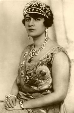 f03bb2bc240fc Queen Soraya of Afghanistan in 1928  dressed in European clothes and  refused to wear the
