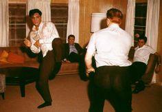 1604886_598282956907183_297222444_n.jpg (887×615)  Elvis & Red West practicing Karate.