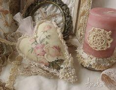 Růžičkové srdíčko Dekorace s motivem anglických růží. lemováno tylem, krajkou a perličkami. Šířka 10 cm, délka 14 cm - tylovépoutko pro zavěšení.