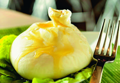 A BURRATA DO MOZZA: o queijo especialmente cremoso vai bem com o pesto da casa, que leva rúcula e avelãs (Foto: Tadeu Brunelli / Época SP)