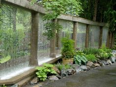 cascade de jardin magnifique: rideau d'eau et colonnade en pierre