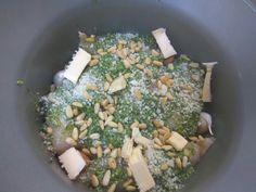 Op verzoek van schone dochter kipfilet met vers gemaakte basilicum pesto. Hier valt het altijd goed in de smaak. Ik maak dit zeker een dag van te voren klaar zodat de smaken goed in kunnen trekken. En wat ik er ook in doet is knoflookteentjes in de schil gewoon zo hier en daar wat ertussen stoppen. Beter even 2a3 dagen niks afspreken zeker niet zoals ik had gedaan 😜afspraak bij de tandarts de volgende dag 😬. 1bosje basilicum 4teentjes knoflook Peper, zout naar smaak. Pas op met zout. 50…