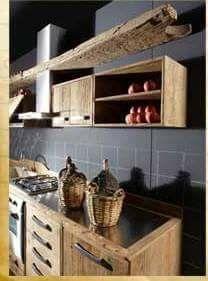 Cucina realizzata con legno di recupero