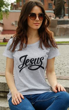 Camiseta Cristão Christian Clothing, Christian Shirts, Shirt Print Design, Shirt Designs, Jesus Shirts, Love Clothing, T Shirts With Sayings, T Shirts For Women, Clothes For Women