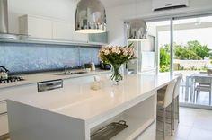 cocina: Cocinas de estilo moderno por Parrado Arquitectura Kitchen Stools, Kitchen Decor, Kitchen Design, Modern House Facades, Modern House Plans, Casas Country, Urban Kitchen, Sweet Home, Small Modern Home