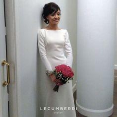 L E C U M B E R R I atelier  Vestido de novia en crep  con puños en perlas y Swarovski.  #lecumberriatelier #lecumberrinovias #weddingphotography #weddingday #weddingdress #bridal #love #fashion #wedding #weddingparty #bride #groom #bridesmaids #bodas #instalove