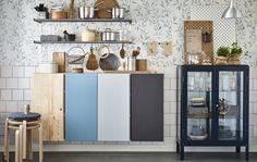 Organisiert die WG-Küche, indem ihr Außen- und Innenseite der Schränke im Farbcode des jeweiligen Mitbewohners streicht. Für gemeinsame Dinge nehmt ihr dann GRUNDTAL Regale und FABRIKÖR Vitrinen.