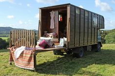 Ges the horse box - a very romantic renovated lorry Truck House, Bus House, Horse Box Conversion, Camper Conversion, Motorhome, Converted Horse Trailer, Eco Deco, Canopy And Stars, Step Van