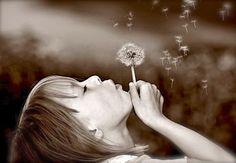 """""""Protegedme de la sabiduría que no llora, de la filosofía que no ríe y de la grandeza que no se inclina ante los niños"""".  Khalil Gibran (1883-1931)  Ensayista, novelista y poeta libanés."""