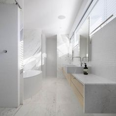 White bathroom. Edward Szewczyk Architects, modern residence in  Vaucluse, Sydney, Australia