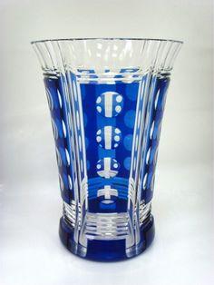 """Cristal VAL St LAMBERT, vase Art Déco en cristal taillé et doublé bleu, signé au cachet rond en dessous, modèle """"ACHILLE"""" , attribué à Charles GRAFFART vers 1930-1940. H25,5 cm"""