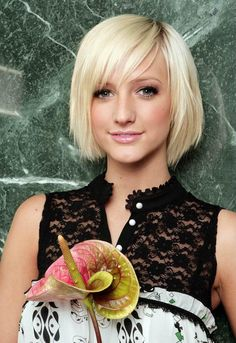 Ashlee Simpson's alternate short blonde hairstyle