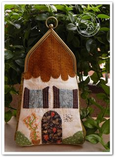 Patchwork Bolso Quilt House Mi casita en la montaña Quilted Gifts, Frame Bag, Fabric Houses, Wool Applique, Girls Bags, Mug Rugs, Handmade Bags, Holidays And Events, Bag Making