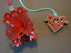 (Made by Susanne Elfrom Nguyen) Ornament. Lavet af 4 ens doily eller snefnug. Vejledning fundet på http://notablenest.blogspot.dk/2012/12/3d-pop-up-papertrey-damask-snowflake-die.html