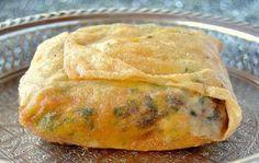 Pour préparer Bourek aux pommes de terre et viande hachée, faites cuire les pommes de terre à l'eau et les écraser en purée dans un saladier.mélangez la purée de pommes de terre avec le sel persil finement haché et le poivre.epluchez l'oignon,...