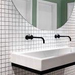 Waschbecken und großer Spiegel im Design Büro    Designliga: Design Büro für Brand Design & Innenarchitektur in München