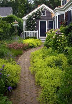 Cottage garden: Climbing roses on house, love the repetition of yellow along the brick path Nantucket Style, Nantucket Island, Nantucket Cottage, Cozy Cottage, Landscape Design, Garden Design, Brick Path, Paver Path, Brick Walkway