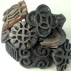 Adinkra stamps are made from prices of carved calabash and used to imprint patterns on cloth with ink.they are from #Ghana.