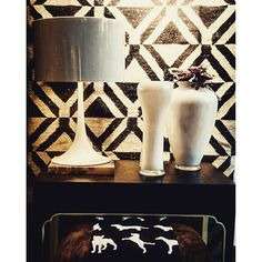 vini_nt | Banco @Theodorealexander, luminária da @Floss de @Sebastianwrong e vasos da @driadekosmo de @VittorioLocatelli fazendo conjunto com tapete @ByKamy Dhurie Mozambique e Manta baby.. #Bykamy #india #italia #italy #eua #world #lamp #rug #rugs #DESIGN #interiores #interiordesign #designdeinteriores #architecture #arquitectura #arquiteture #arquitetura #decoracao #decor #decordesign #art #artdesign #artdecor #amazing #wonderful #instagreat #instagood