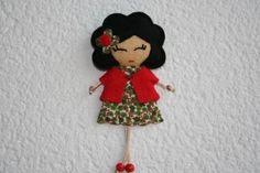 broche muñeca con vestido de flores y chaqueta.  fieltro y tela cosido  y pegado