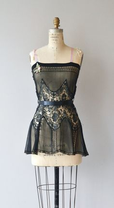 1920s Trop Belle nightie. Materialen: silk, lace. Front