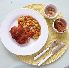 Chicken cutlet and curry.  오늘저녘은 치킨 커틀렛과 카레 입니다. 요리법- 치킨 가슴살을 반으로 얇게 저며 이등분 하여 소금, 후추, 마늘가루로 간을한뒤 밀가루-계란옷- 빵가루로 단장하여 중간온도의 기름에 튀깁니다. 카레는 누구나 다 할줄알므로 오늘넣은 재료만 간단히 감자, 당근, 양파, 파프리카, 단호박과 핫도그 그리고 당연히 카레 끝~