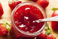 This Strawberry Rhubarb jam is sugar and pectin free. It is so easy to make and very delicious. This recipe makes 2 cups. The secret trick is that the chia seeds will thicken the fruit puree like a jam over night in the fridge! Strawberry Rhubarb Jam, Strawberry Jam Recipe, Strawberry Jelly, Bangla Recipe Video, Freezer Jam, Fruit Puree, Jam And Jelly, Vegetable Drinks, Jam Recipes