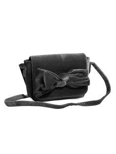 Hos KappAhl hittar du en axelväska i mjuk sammet med stor söt rosett fram. En väska som enkelt blir en favorit. Shoppa enkelt online och i butik!