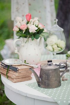 Alice in Wonderland Wedding inspiration Bodas Shabby Chic, Mad Hatter Party, Bridesmaid Luncheon, Alice In Wonderland Wedding, Tea Service, Whimsical Wedding, Shabby Vintage, High Tea, Tea Time