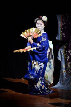 芸妓さんと舞妓さんのブログ (Katsutomo as maiko dancing at the Art Aquarium by. Japanese Hairstyle, Hair Ornaments, Japanese Culture, Flower Making, Traditional Dresses, Kyoto, New Art, Otaku, Dancing