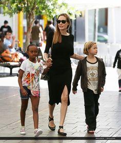 2013/09/27 - Visit surf shop in Sydney, Australia - 270913 Jolie Sydney Surf 22 - Angelina Jolie Photo